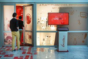 Vue d'ensemble de l'entrée. L'espace Login a été ouvert en 2017 ; c'est un espace de découverte et de démonstrations interactives des activités de recherche du centre. Il est ouvert en continu ; le visiteur est autonome.